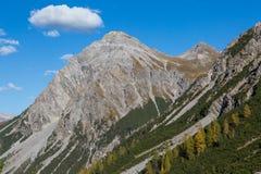 Bovenkant van Schiesshorn-berg in blauwe hemel met één witte wolk royalty-vrije stock fotografie