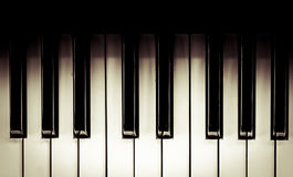 Bovenkant veiw van zwart-witte pianosleutels in uitstekende kleurentoon Royalty-vrije Stock Foto's