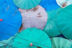 Bovenkant vele paraplu's op de markt stock afbeeldingen