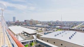 Bovenkanten van gebouwen bij cruisehaven royalty-vrije stock foto