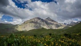 Bovenkanten van Kaukasische Bergketen en vlotte beweging van wolken onder de scherpe pieken van de snow-capped bergen stock videobeelden