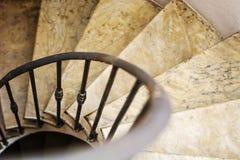 Bovenkantmening van binnen spiraalvormige windende trap royalty-vrije stock foto
