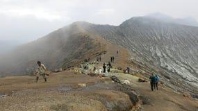 Bovenop de actieve vulkaan van Kawah Ijen op het eiland van Java in Indonesië stock foto's