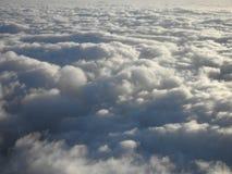 Bovenop witte pluizige curvy wolken Stock Foto's