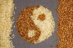 Bovete och ris i form av yin-Yang royaltyfria foton