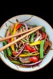 Bovetenudlar med höna och grönsaker Royaltyfria Foton