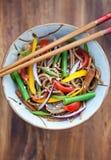 Bovetenudlar med höna och grönsaker Fotografering för Bildbyråer