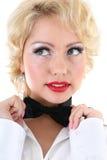 bow som korrigerar kvinnan för skjortatiewhite Arkivfoton