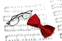 Bow tie and reading glasses Royalty Free Stock Photos