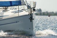 bowen seglar under yachten Arkivbild