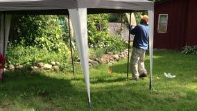 Bower шатра строения людей в саде около сельского дома усадьбы видеоматериал