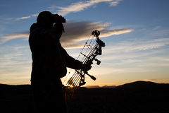 Bowhunter, das am Sonnenaufgang Glassing ist Stockfotos