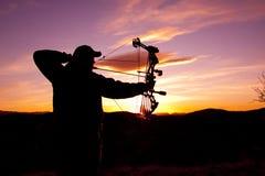 Bowhunter nel tramonto immagine stock