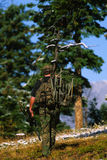 Bowhunter que carreg um Treestand Fotos de Stock Royalty Free