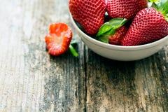 0bowl av nya jordgubbar Royaltyfria Bilder