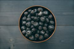 Bowl of blueberries on wood table Royalty Free Stock Photography