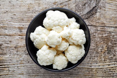 Bowl of cauliflower on wooden table, from above Royalty Free Stock Photography