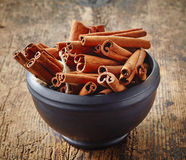 Bowl of cinnamon sticks Royalty Free Stock Photos