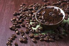 Bowl with coffee beans and ground coffee Royalty Free Stock Photos
