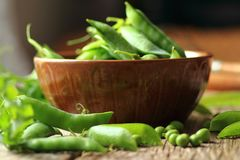 Bowl with fresh green peas Royalty Free Stock Images