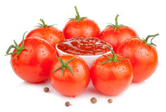 Bowl with fresh ketchup and six wet tomatoes Royalty Free Stock Photos