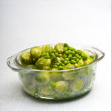 Bowl of freshly steamed peas and vegetables Royalty Free Stock Photos