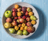 A bowl of fruits on a table Royalty Free Stock Photography