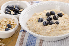 Bowl of oatmeal with fresh blueberries. Healthy breakfast Royalty Free Stock Photos