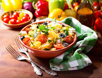 Bowl of pasta salad with vegetables Royalty Free Stock Photos