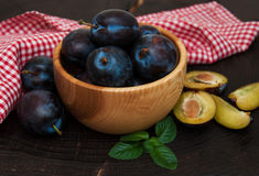 Bowl with  plums with green leaves Stock Photography