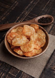Bowl with potato crisps chips with pepper on wood photos libres de droits