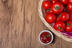 Bowl of tomato sauce ketchup and tomatoes Royalty Free Stock Images