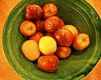 Bowla Appleseed och nya valda äpplen för guling i grön bunke fotografering för bildbyråer