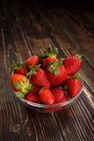 bowla glass jordgubbar arkivfoton