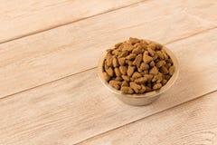 Bowla med hundmat p? en tr?tabell close upp fotografering för bildbyråer