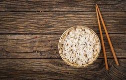 Bowla med kokta ris på en träbakgrund Strikt vegetarianmat Arkivfoto