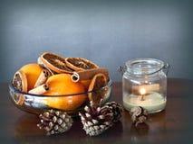 Bowla med kryddor och frukter och ett stearinljus Royaltyfria Bilder