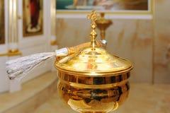Bowla och borsta för att döpa ceremoni i ortodox kyrka royaltyfria bilder
