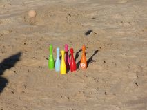 Bowla på stranden och bunken för inverkan royaltyfri fotografi