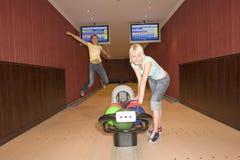 bowla två kvinnor Royaltyfri Foto