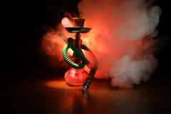 Bowlar varma kol för vattenpipa på shisha med svart bakgrund Stilfull orientalisk shisha Shisha begrepp Selektivt fokusera arkivfoto