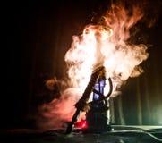 Bowlar varma kol för vattenpipa på shisha med svart bakgrund Stilfull orientalisk shisha royaltyfria foton