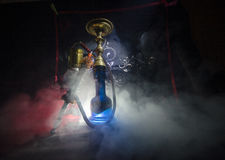Bowlar varma kol för vattenpipa på shisha med svart bakgrund Stilfull orientalisk shisha arkivfoton