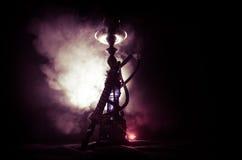 Bowlar varma kol för vattenpipa på shisha med svart bakgrund Stilfull orientalisk shisha arkivfoto