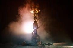 Bowlar varma kol för vattenpipa på shisha med svart bakgrund Stilfull orientalisk shisha royaltyfri fotografi