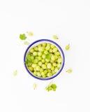 Bowlful zieleni agresty na białym tle Zdjęcie Royalty Free