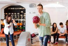 Bowling d'homme avec l'ami photographiant dans le club Photo stock