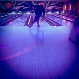 Bowling d'homme sous la lumière noire images stock