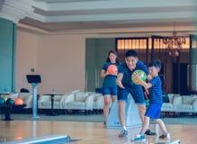 Bowling d'istruzione del gioco del figlio e della famiglia del padre al club lanciante sopra rilassarsi tempo fotografia stock libera da diritti