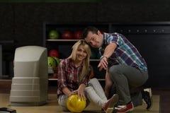 Bowling de enseignement de femme d'homme Image libre de droits